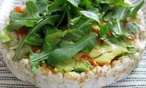 Рецепт: Рисовые хлебцы с рукколой и авокадо